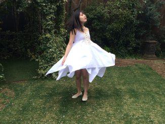 加藤美南さんのドレス風洋服姿